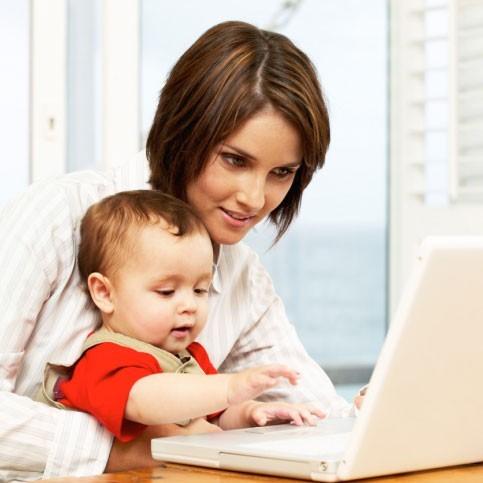Мама и ребенок за ноутбуком
