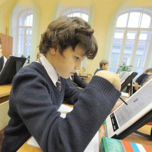 Ученик с планшетом