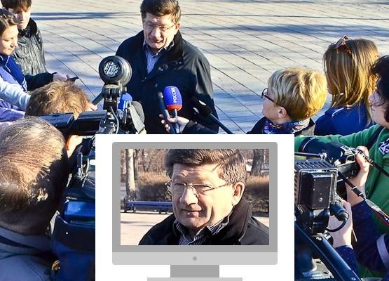 02 Мэр Омска Вячеслав Двораковский даёт интервью после субботника