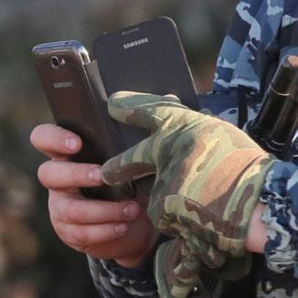 Сотрудник МВД со смартфоном