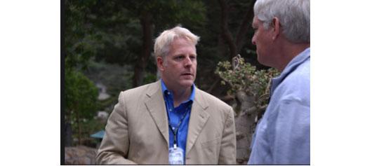 Льюис Шеферд (слева), в то время старший технический специалист в разведывательном управлении Министерства обороны, беседует с Питером Норвигом (справа), признанным экспертом в области искусственного интеллекта, руководившим всеми научными исследованиями в компании Google. Фото было сделано на «Горном Форуме» в 2007 году.