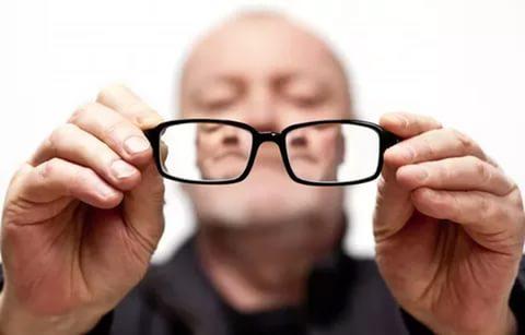 очки инвалид по зрению мужчина плохо видит