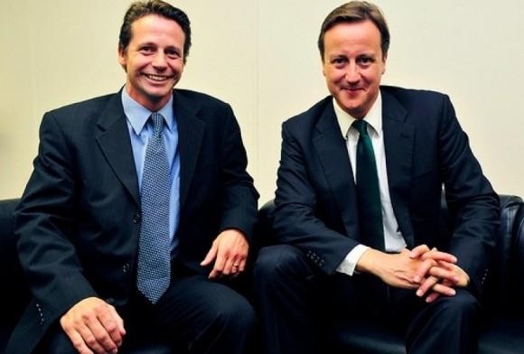 """Справа - Дэвид Кэмерон, слева - один из представителей """"полного цикла"""" - Найджел Хаддлстоун (Nigel Huddleston), покинувший партию консерваторов ради работы в Google. В 2015 году он снова стал членом Парламента. Фото (с) nigelhuddleston.com"""