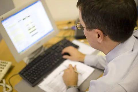 чиновник бизнесмен компьютер