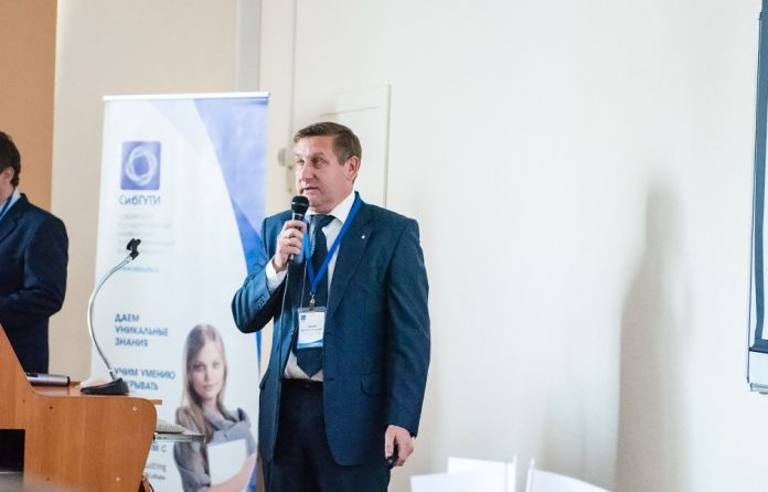 Заведующий кафедрой Smart city Дмитрий Гоков выступает перед студентами