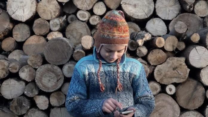 смартфон мальчик деревня дети